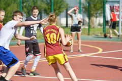 Orenburg Rosja, rok, - Lipa 30, 2017: Dziewczyn i chłopiec sztuki ulicy koszykówka fotografia stock