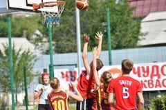 Orenburg Rosja, rok, - Lipa 30, 2017: Dziewczyn i chłopiec sztuki ulicy koszykówka zdjęcie stock