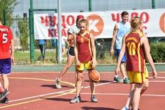 Orenburg Rosja, rok, - Lipa 30, 2017: Dziewczyn i chłopiec sztuki ulicy koszykówka zdjęcia stock