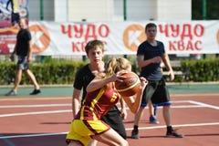 Orenburg Rosja, rok, - Lipa 30, 2017: Dziewczyn i chłopiec sztuki ulicy koszykówka Fotografia Royalty Free