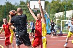 Orenburg Rosja, rok, - Lipa 30, 2017: mężczyzna sztuki ulicy koszykówka Obrazy Stock