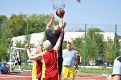 Orenburg Rosja, rok, - Lipa 30, 2017: mężczyzna sztuki ulicy koszykówka Obrazy Royalty Free