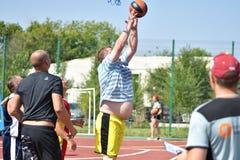 Orenburg Rosja, rok, - Lipa 30, 2017: mężczyzna sztuki ulicy koszykówka Zdjęcia Stock