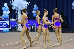 Orenburg Rosja, rok, - Listopadu 25, 2017: dziewczyny współzawodniczą w rytmicznych gimnastykach wykonują ćwiczenia z klubami spo Zdjęcia Royalty Free