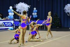 Orenburg Rosja, rok, - Listopadu 25, 2017: dziewczyny współzawodniczą w rytmicznych gimnastykach wykonują ćwiczenia z klubami spo Zdjęcie Royalty Free