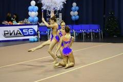 Orenburg Rosja, rok, - Listopadu 25, 2017: dziewczyny współzawodniczą w rytmicznych gimnastykach wykonują ćwiczenia z klubami spo Fotografia Royalty Free
