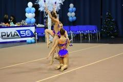 Orenburg Rosja, rok, - Listopadu 25, 2017: dziewczyny współzawodniczą w rytmicznych gimnastykach wykonują ćwiczenia z klubami spo Obraz Royalty Free