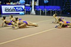 Orenburg Rosja, rok, - Listopadu 25, 2017: dziewczyny współzawodniczą w rytmicznych gimnastykach wykonują ćwiczenia z klubami spo Fotografia Stock