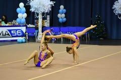 Orenburg Rosja, rok, - Listopadu 25, 2017: dziewczyny współzawodniczą w rytmicznych gimnastykach wykonują ćwiczenia z klubami spo Obrazy Stock
