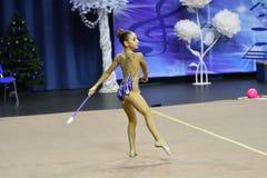 Orenburg Rosja, rok, - Listopadu 25, 2017: dziewczyny współzawodniczą w rytmicznych gimnastykach wykonują ćwiczenia z klubami spo Obrazy Royalty Free