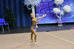 Orenburg Rosja, rok, - Listopadu 25, 2017: dziewczyny współzawodniczą w rytmicznych gimnastykach wykonują ćwiczenia z klubami spo Obraz Stock