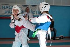 Orenburg, Rosja - 23 04 2016: Taekwondo współzawodniczy dziewczyny Zdjęcia Stock