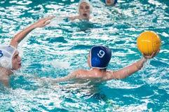 Orenburg, Rússia - 6 de maio de 2015: O jogo dos meninos no polo aquático Foto de Stock Royalty Free