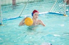 Orenburg, Rússia - 6 de maio de 2015: O jogo dos meninos no polo aquático Imagens de Stock Royalty Free