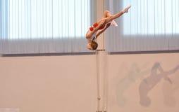 Orenburg, Rússia - 28 de janeiro de 2017: As meninas competem no salto no trampolim Foto de Stock Royalty Free