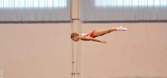 Orenburg, Rússia - 28 de janeiro de 2017: As meninas competem no salto no trampolim Imagens de Stock