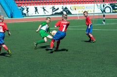Orenburg, Rússia - 31 de maio de 2015: O futebol do jogo dos meninos Imagens de Stock Royalty Free