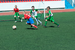 Orenburg, Rússia - 31 de maio de 2015: O futebol do jogo dos meninos Foto de Stock Royalty Free