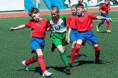 Orenburg, Rússia - 31 de maio de 2015: O futebol do jogo dos meninos Imagem de Stock Royalty Free