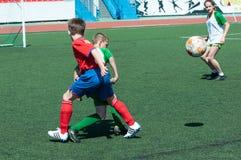 Orenburg, Rússia - 31 de maio de 2015: O futebol do jogo dos meninos Fotografia de Stock