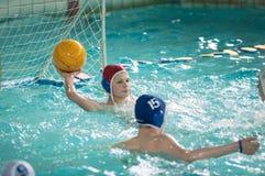Orenburg, Rússia - 6 de maio de 2015: O jogo dos meninos no polo aquático Fotografia de Stock Royalty Free