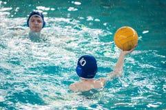 Orenburg, Rússia - 6 de maio de 2015: O jogo dos meninos no polo aquático Fotos de Stock Royalty Free