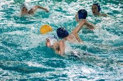 Orenburg, Rússia - 6 de maio de 2015: O jogo dos meninos no polo aquático Imagem de Stock