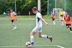 Orenburg, Rusia ï ¿½ año del 6 de junio de 2017: Fútbol del juego de los muchachos Foto de archivo