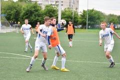 Orenburg, Rusia ï ¿½ año del 6 de junio de 2017: Fútbol del juego de los muchachos Fotos de archivo libres de regalías