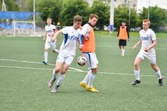 Orenburg, Rusia ï ¿½ año del 6 de junio de 2017: Fútbol del juego de los muchachos Imagenes de archivo