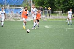 Orenburg, Rusia ï ¿½ año del 6 de junio de 2017: Fútbol del juego de los muchachos Fotografía de archivo libre de regalías