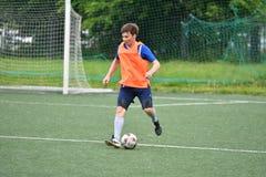 Orenburg, Rusia ï ¿½ año del 6 de junio de 2017: Fútbol del juego de los muchachos Fotos de archivo