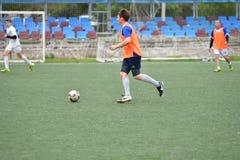 Orenburg, Rusia ï ¿½ año del 6 de junio de 2017: Fútbol del juego de los muchachos Imágenes de archivo libres de regalías