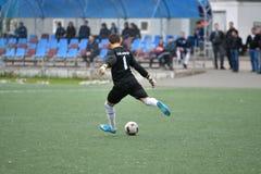 Orenburg, Rusia ï ¿½ año del 6 de junio de 2017: Fútbol del juego de los muchachos Fotografía de archivo