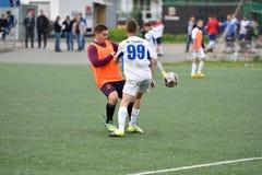 Orenburg, Rusia ï ¿½ año del 6 de junio de 2017: Fútbol del juego de los muchachos Imagen de archivo