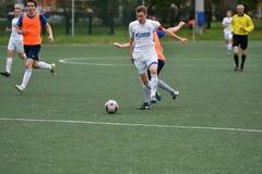 Orenburg, Rusia ï ¿½ año del 6 de junio de 2017: Fútbol del juego de los muchachos Imagen de archivo libre de regalías