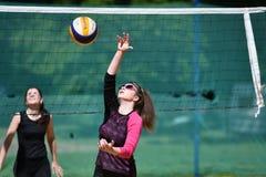 Orenburg, Rusia, año del 9-10 de junio de 2017: Muchacha que juega a voleibol de playa Imagen de archivo