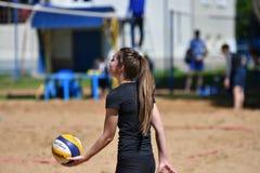 Orenburg, Rusia, año del 9-10 de junio de 2017: Muchacha que juega a voleibol de playa Fotografía de archivo