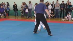Orenburg, Rusia - 7 de abril de 2019 año: Los muchachos compiten en karate metrajes
