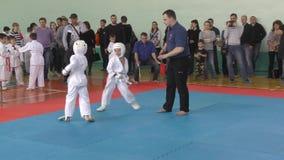 Orenburg, Rusia - 7 de abril de 2019 año: Los muchachos compiten en karate almacen de metraje de vídeo