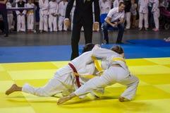 Orenburg, Rusia - 16 de abril de 2016: Las muchachas compiten en judo Foto de archivo