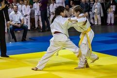 Orenburg, Rusia - 16 de abril de 2016: Las muchachas compiten en judo Imagen de archivo