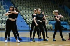 Orenburg, Rusia - 9 de diciembre de 2017 año: las muchachas compiten en aeróbicos de la aptitud Fotografía de archivo