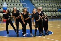 Orenburg, Rusia - 9 de diciembre de 2017 año: las muchachas compiten en aeróbicos de la aptitud Foto de archivo