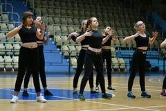 Orenburg, Rusia - 9 de diciembre de 2017 año: las muchachas compiten en aeróbicos de la aptitud Fotos de archivo libres de regalías