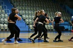 Orenburg, Rusia - 9 de diciembre de 2017 año: las muchachas compiten en aeróbicos de la aptitud Imágenes de archivo libres de regalías
