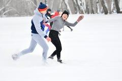 Orenburg, Rusia - 26 de enero de 2017 año: Juego de los estudiantes en los juegos del invierno Foto de archivo libre de regalías
