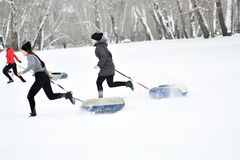 Orenburg, Rusia - 26 de enero de 2017 año: Juego de los estudiantes en los juegos del invierno Fotos de archivo