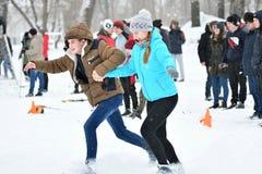 Orenburg, Rusia - 26 de enero de 2017 año: Juego de los estudiantes en los juegos del invierno Imágenes de archivo libres de regalías