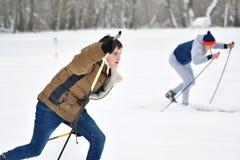 Orenburg, Rusia - 26 de enero de 2017 año: Juego de los estudiantes en los juegos del invierno Imagen de archivo